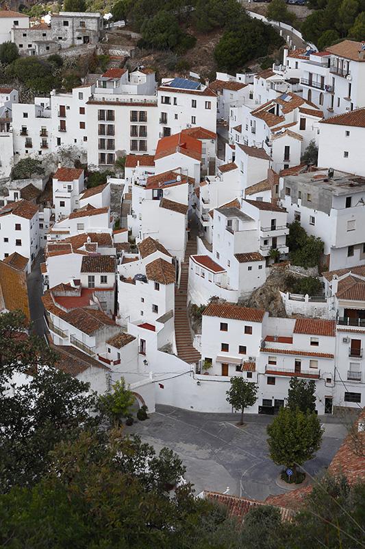 Vista general del pueblo de Casares con sus blancas casas y techos de tejas