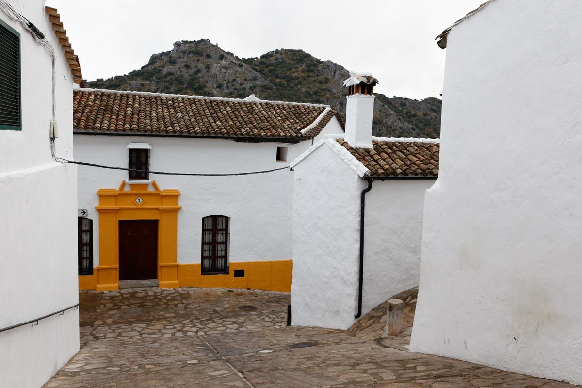 Cruce de calles, casas de blancas fachadas. Villaluenga del Rosario (Cádiz)